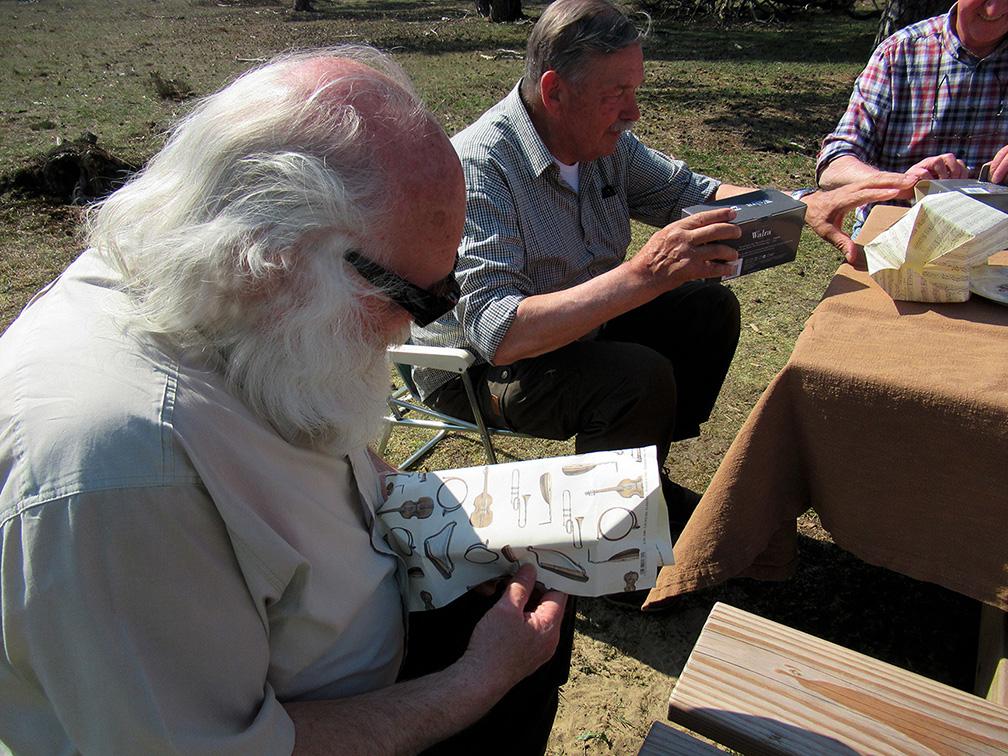 Het zojuist ontvangen cadeautje wordt uitgepakt - Foto: ©Fransien Fraanje
