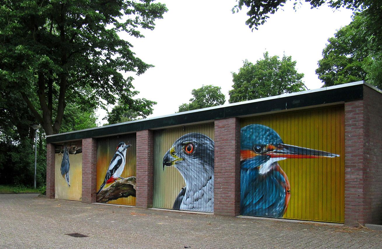 Op deze vier deuren staan vervolgens een ijsvogel, havik, specht en boomklever afgebeeld – Foto: ©Louis Fraanje