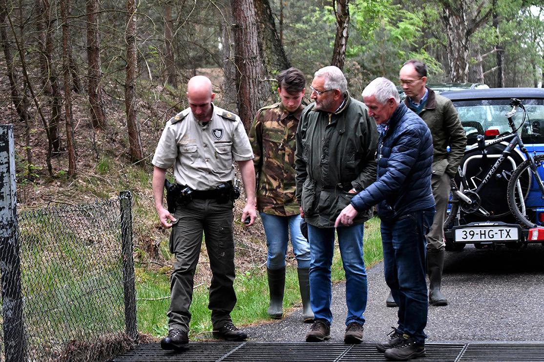 In overleg met de boswachter wordt een reddingsplan bedacht – Foto: ©Louis Fraanje