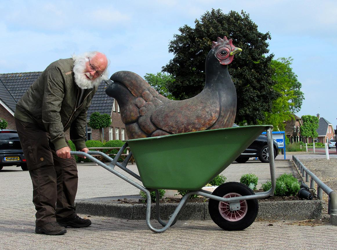 Louis met een echte Barnevelder op de kruiwagen - Foto: ©Fransien Fraanje