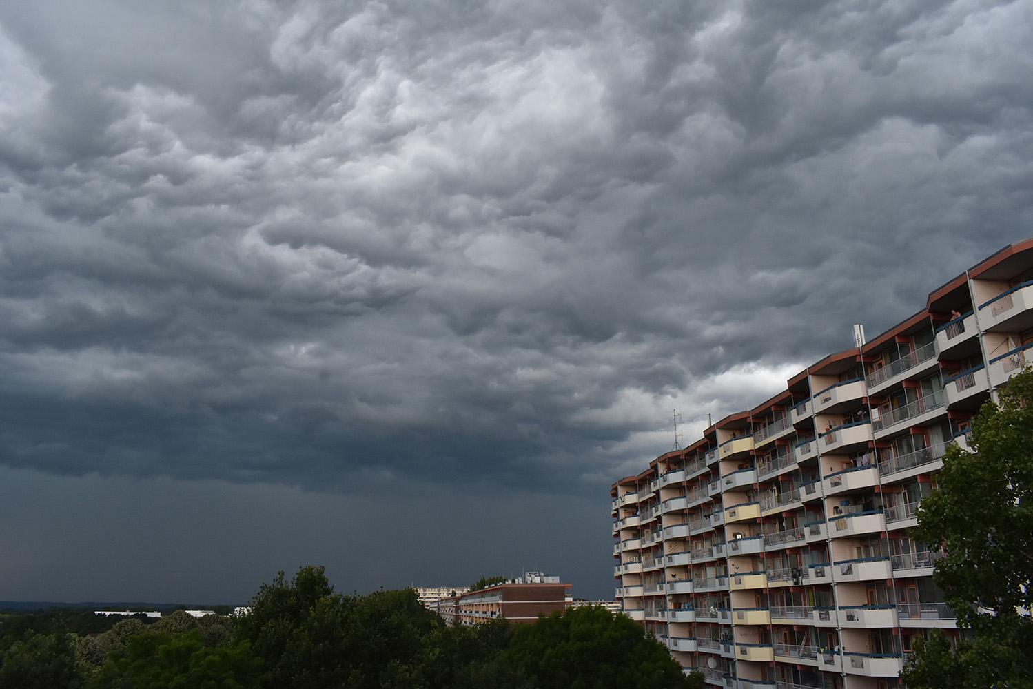 Donkere onweerswolken boven Ede-Zuid met de Arnold Koningflat en links nog net zichtbaar Ziekenhuis Gelderse Vallei - Foto: ©Louis Fraanje
