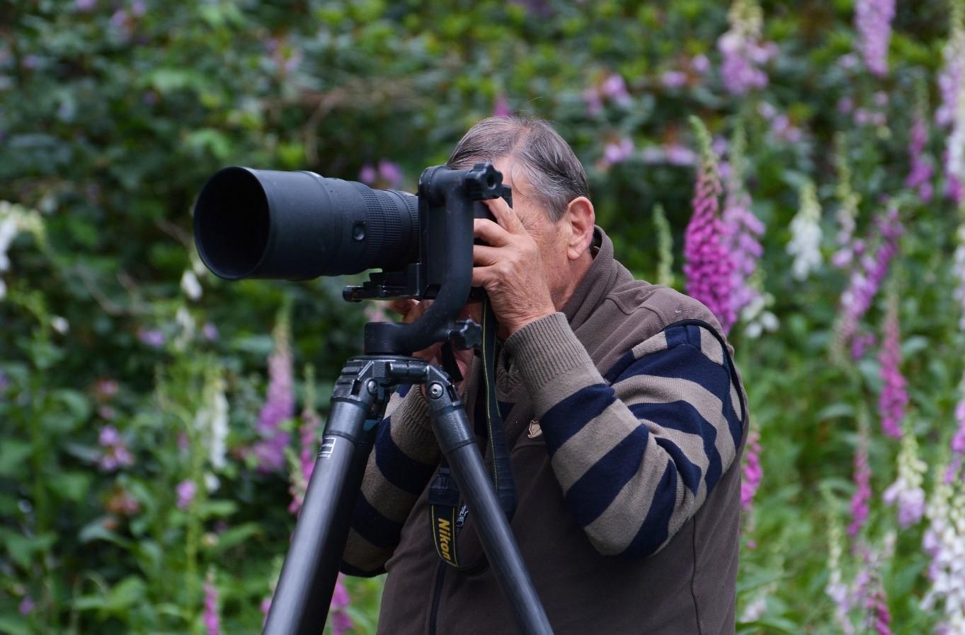 U rapporteur achter de camera tijdens buitenfotografie - Foto: ©Louis Fraanje.