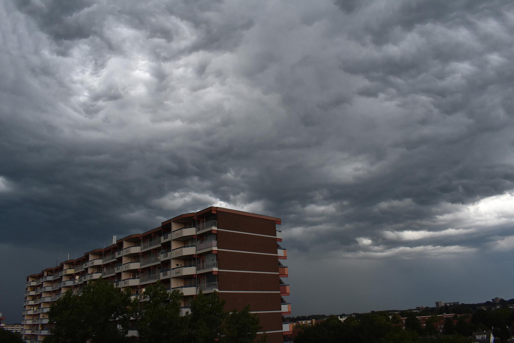 Een inktzwarte onweerslucht rolde zich uit boven Ede Zuid - Foto: ©Louis Fraanje