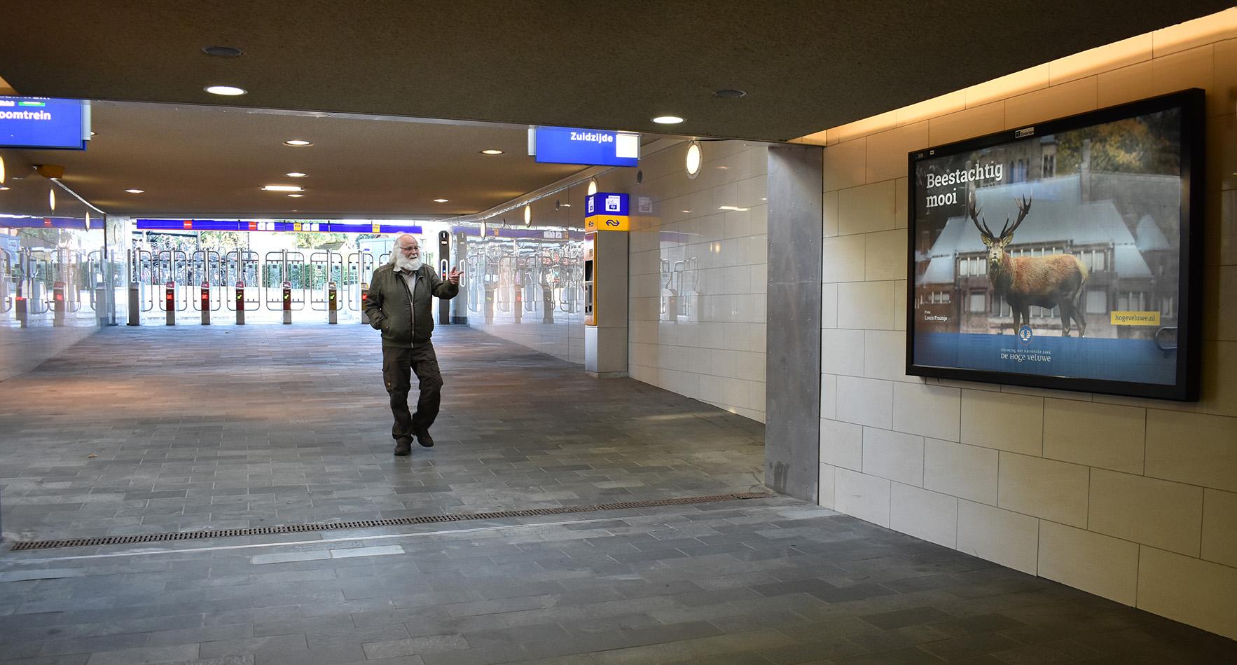 Vanaf de zuidzijde komt Louis door de reizigerstunnel aanwandelen – Foto: ©Fransien Fraanje