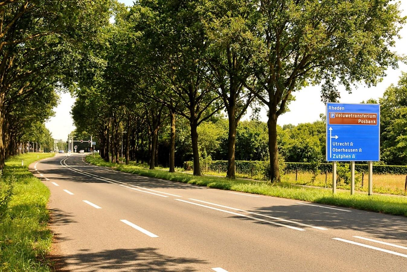 Een impressie van de aangrenzende Provinciale weg van Velp richting Rheden. In de verte bij de verkeerslichten is nog net de afslag naar de snelweg van de A.348 zichtbaar zoals het verkeersbord op de voorgrond duidelijk kenbaar maakt - Foto:©Ton Heekelaar.