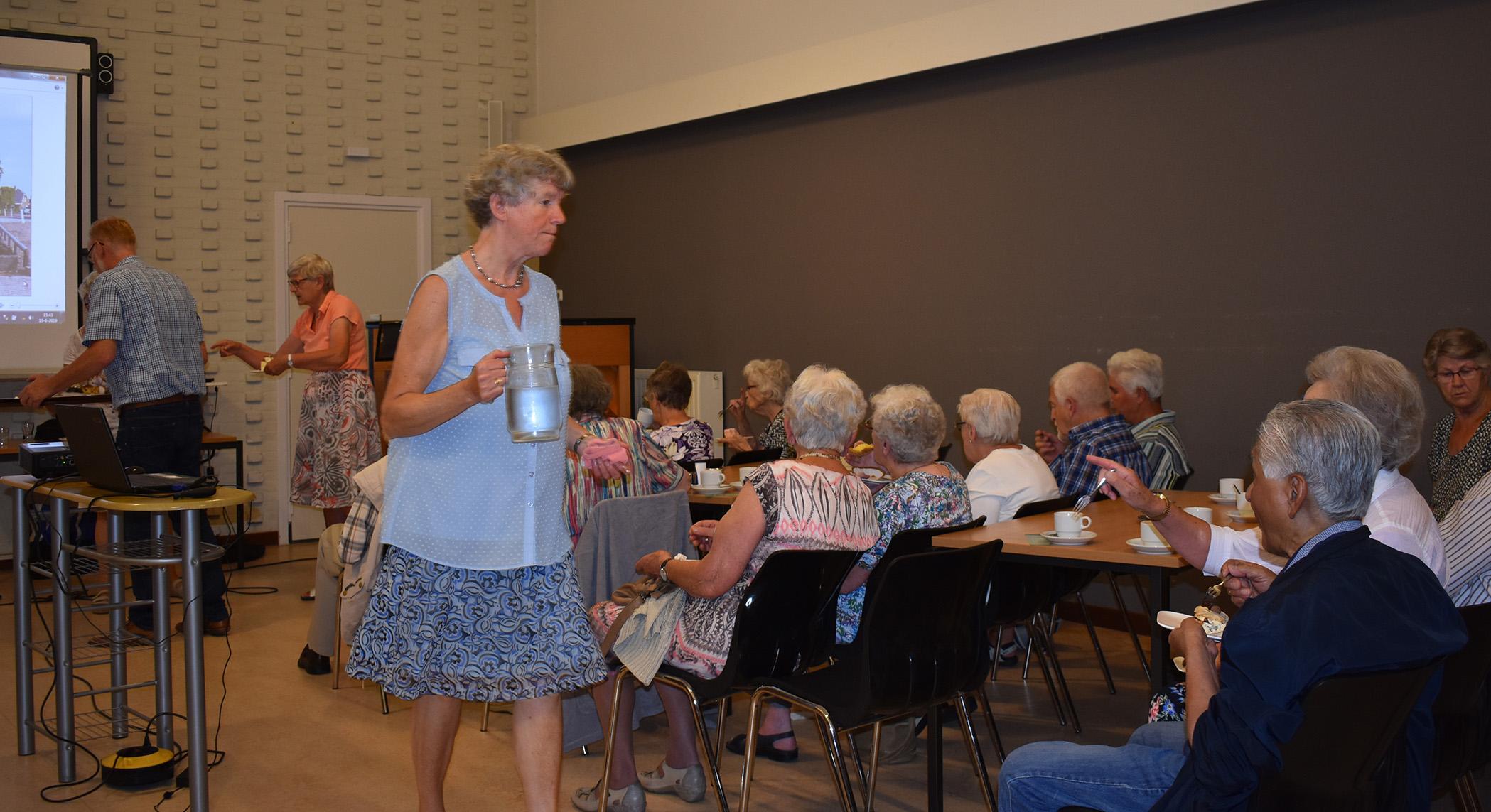 Tijdens de pauze was er koffie en gebak voor de gasten - Foto: ©Fransien Fraanje