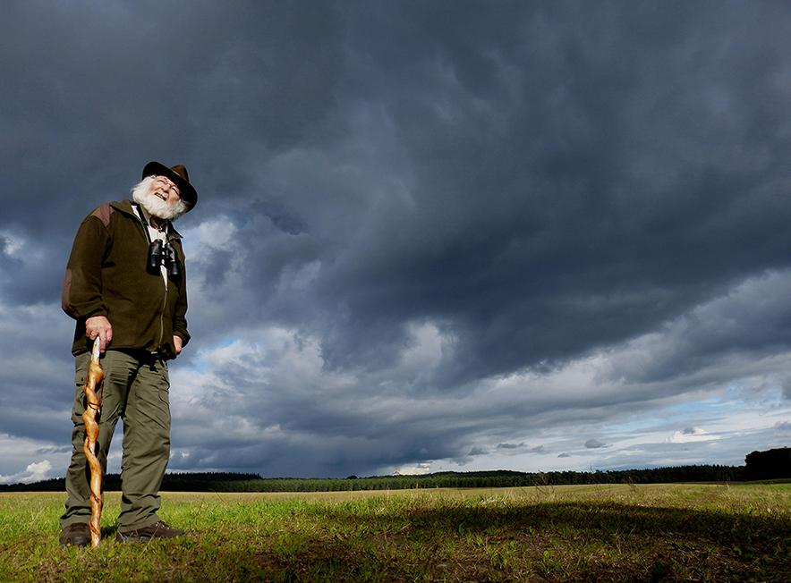 Verhalenverteller Louis Fraanje met donkere wolken boven de Veluwe - Foto: ©Fransien Fraanje