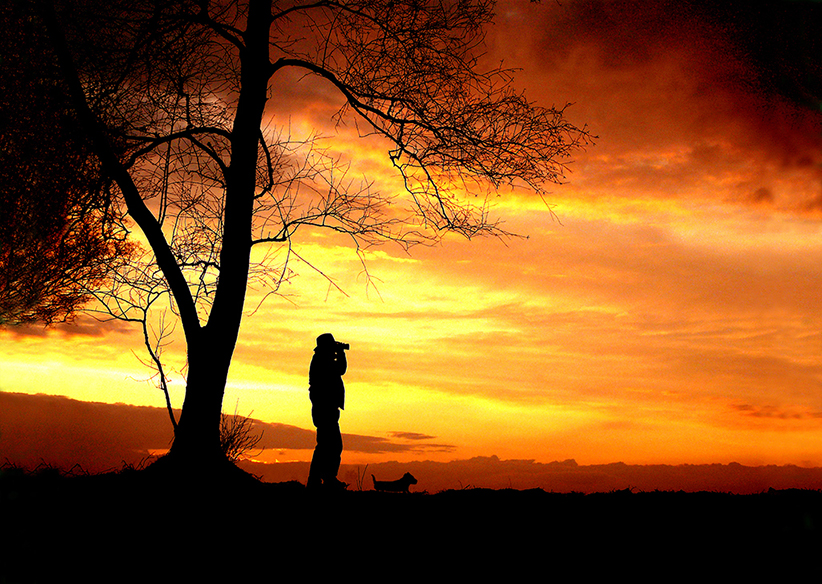 Louis met zijn hond op een heuvel bij Hoog Buurlo op de Veluwe - Foto: ©Fransien Fraanje