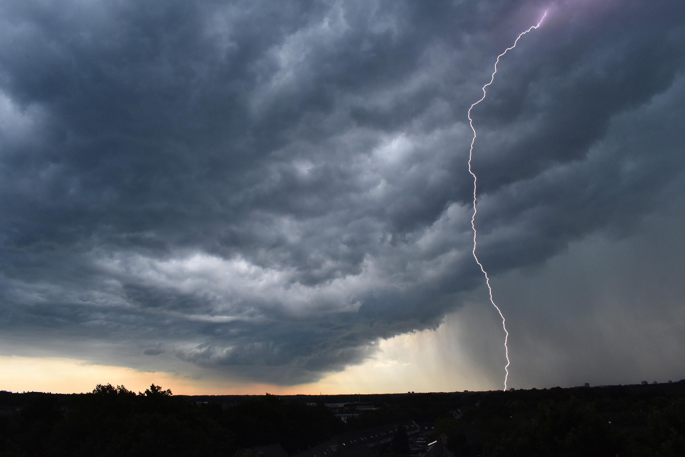 Bliksem aan een donkere onweerslucht om 10.32 uur boven de Veluwe! Foto:© Louis Fraanje