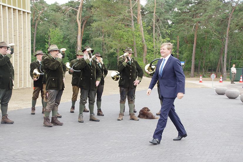 De koning wordt welkom geheten door Jachthoornblazers De Overlopers - Foto: ©NP De Hoge Veluwe