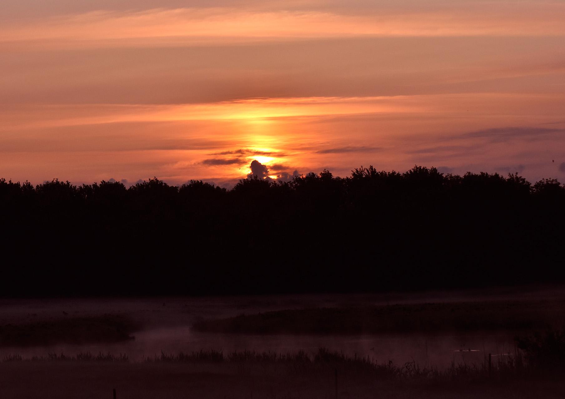 Heel voorzichtig probeert de zon tussen de wolken door te breken – Foto: ©Louis Fraanje