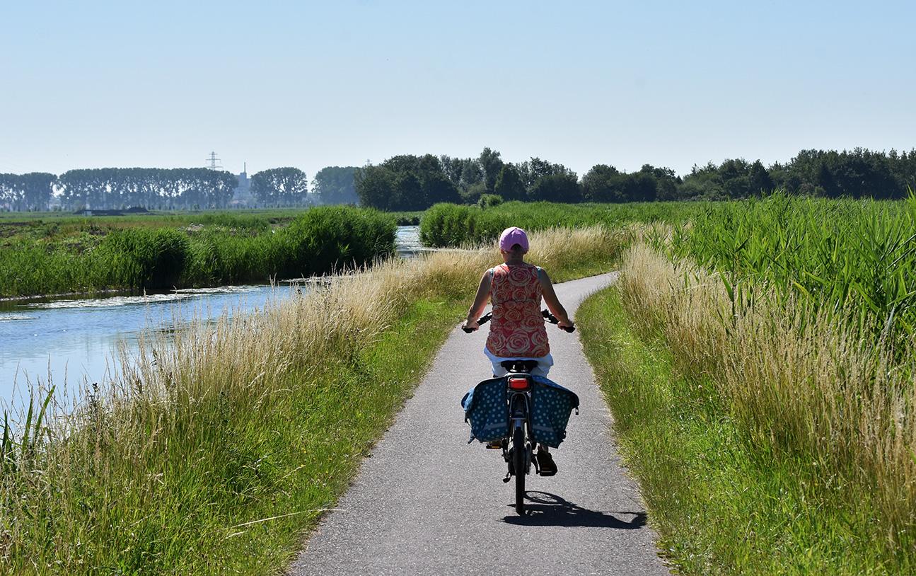 Heerlijk op de fiets langs de Grift met een schitterend uitzicht – Foto: © Louis Fraanje
