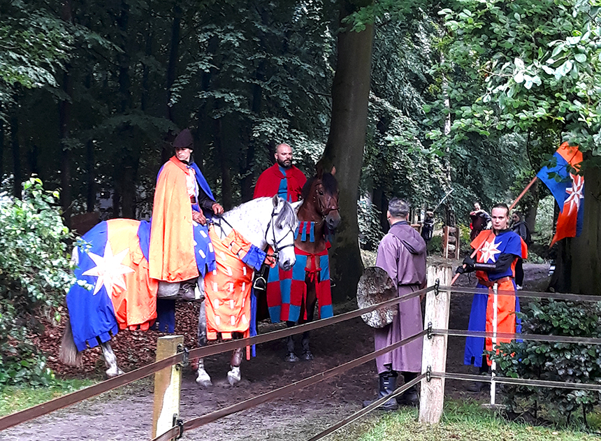 Alles werd zo echt en realistisch mogelijk nagespeeld, zoals hier de ridders te paard - Foto: ©Tineke Roseboom