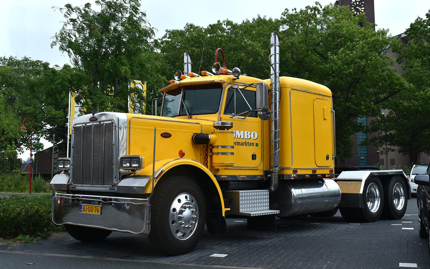 De schitterende Peterbilt 359 truck in de gele kleuren van JUMBO -Foto: ©Louis Fraanje