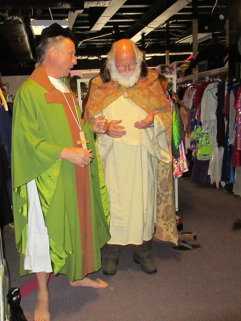 Gertjan en Louis al in hun rol als Proost..