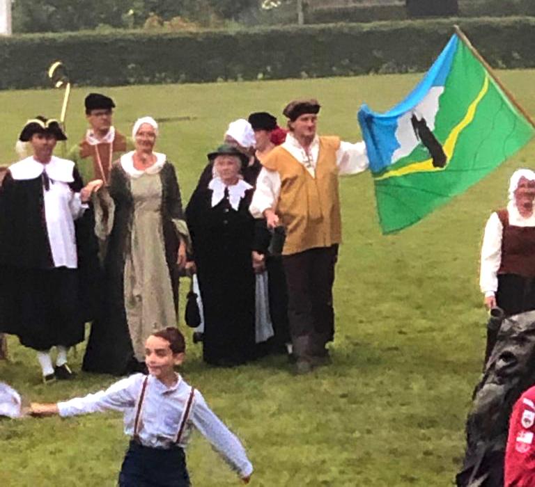 Na afloop in de parade de Lunterse vlag - Foto: ©Toneelgroep