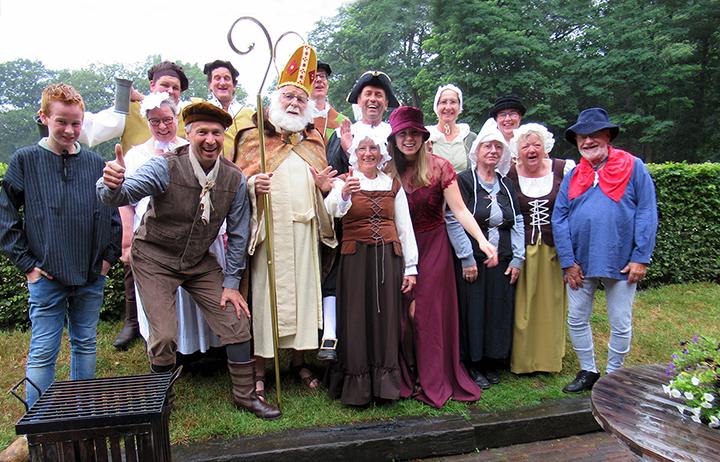 Het hele gezelschap van de Middeleeuwse Toneelgroep uit Lunteren - Foto: ©Jac. Gazenbeekstichting