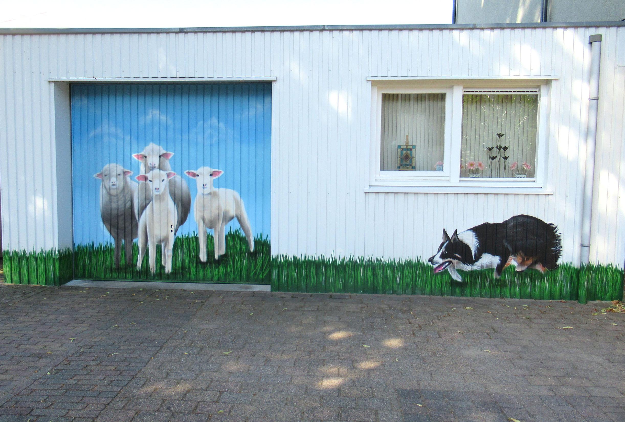 Hond en schapen op de muur in Ede – Foto: ©Louis Fraanje