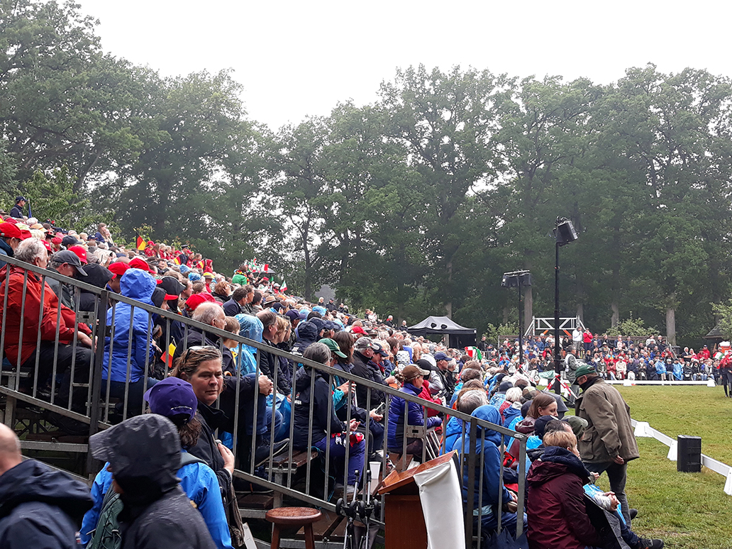 Een afgeladen tribune met 1.650 bezoekers aan het begin van de show - Foto: ©Tineke Roseboom