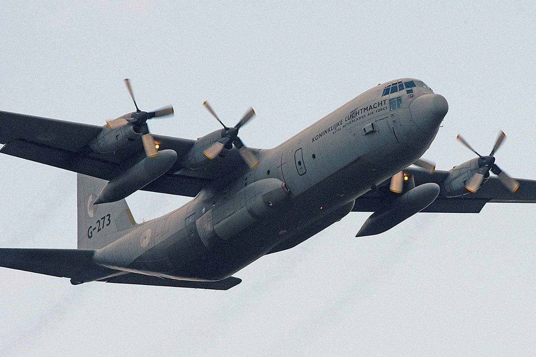 """Twee laag over-vliegende vrachtvliegtuigen jagen """"Hubertus"""" de stuipen op het lijf! - Foto: ©Ton Heekelaar"""