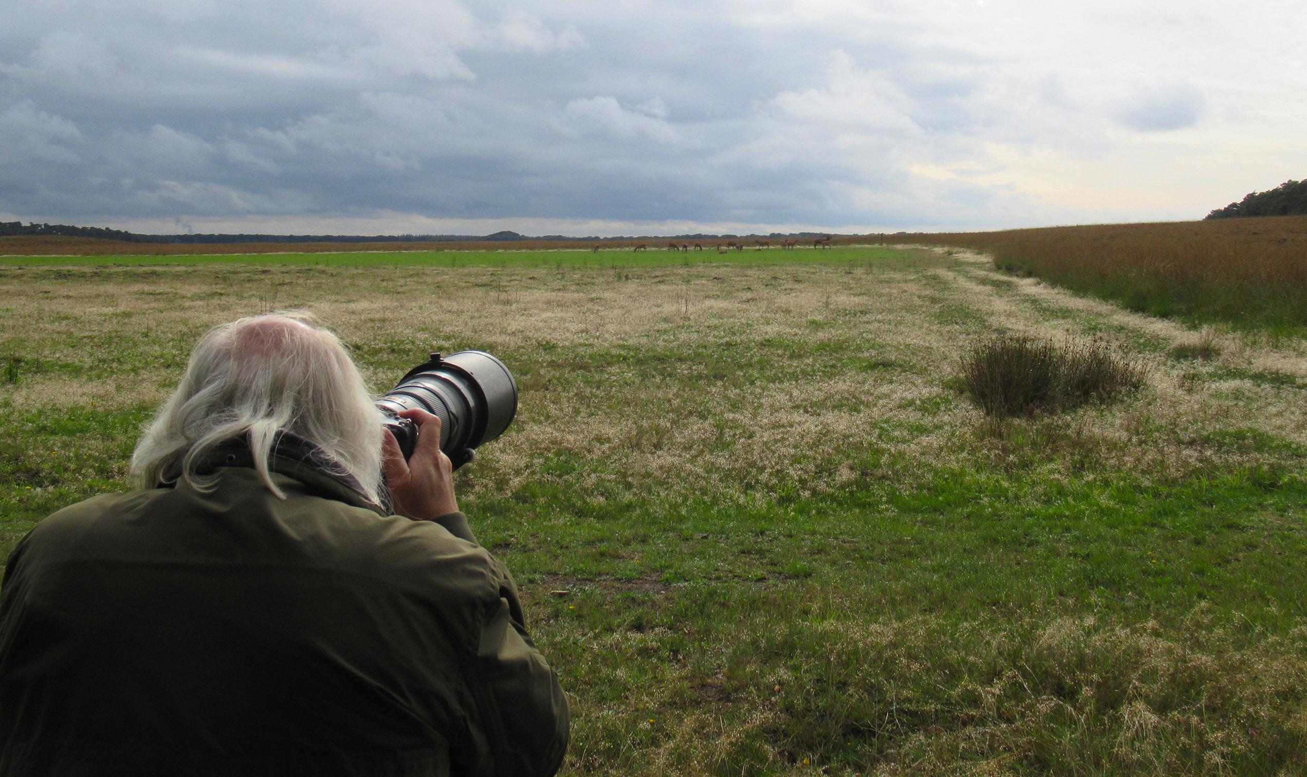 Louis met de camera aan de rand van het Reemsterveld - Foto: ©Fransien Fraanje