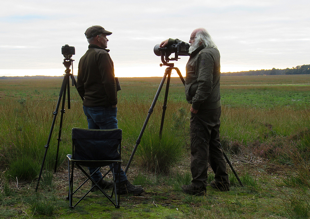 Twee natuurliefhebbers in gesprek op het heuveltje bij het Reemsterveld – Foto: ©Fransien Fraanje