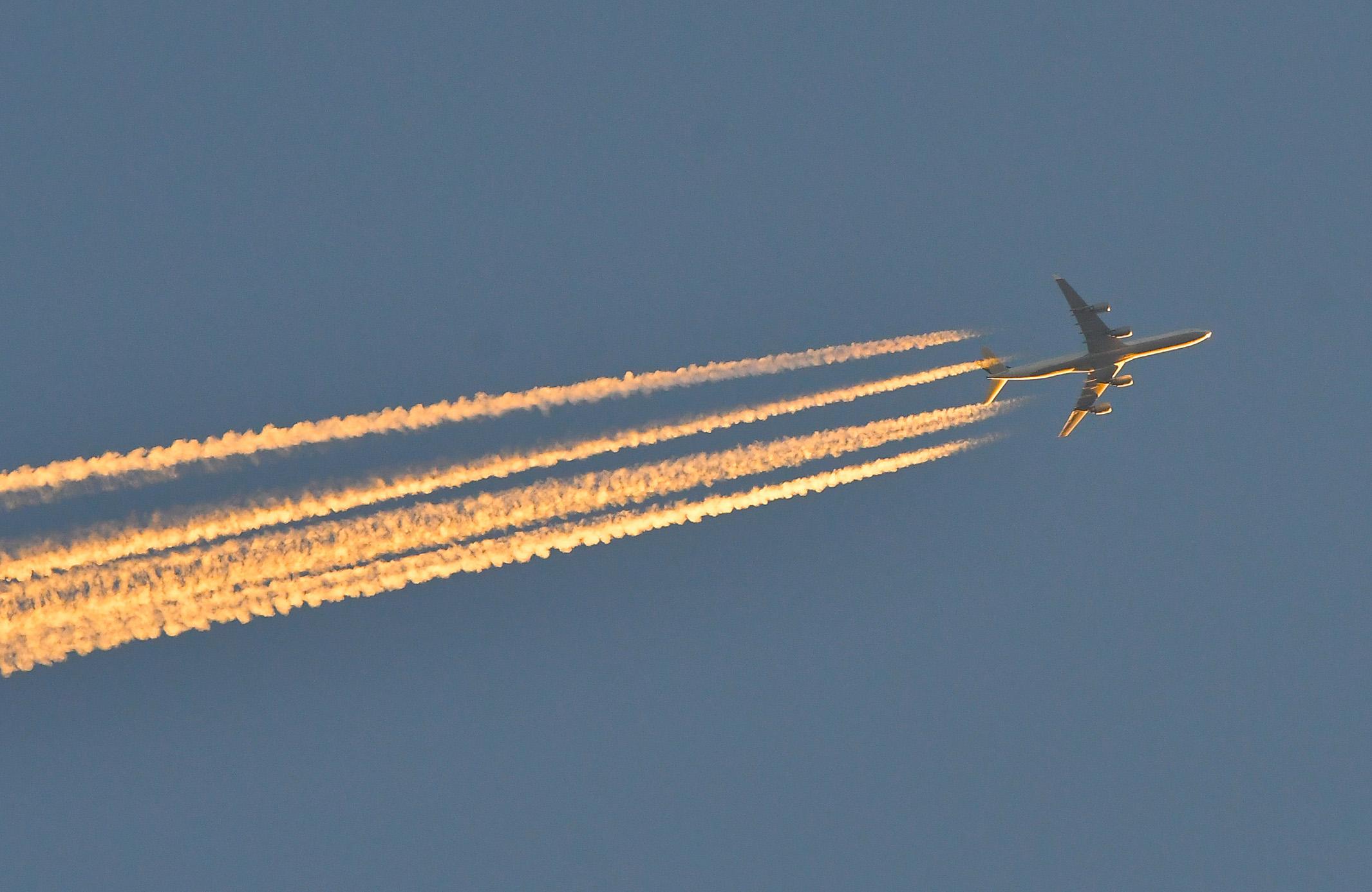 Vliegtuigstrepen ontstaan door uitlaatgassen van vliegtuigmotoren – Foto: © Louis Fraanje