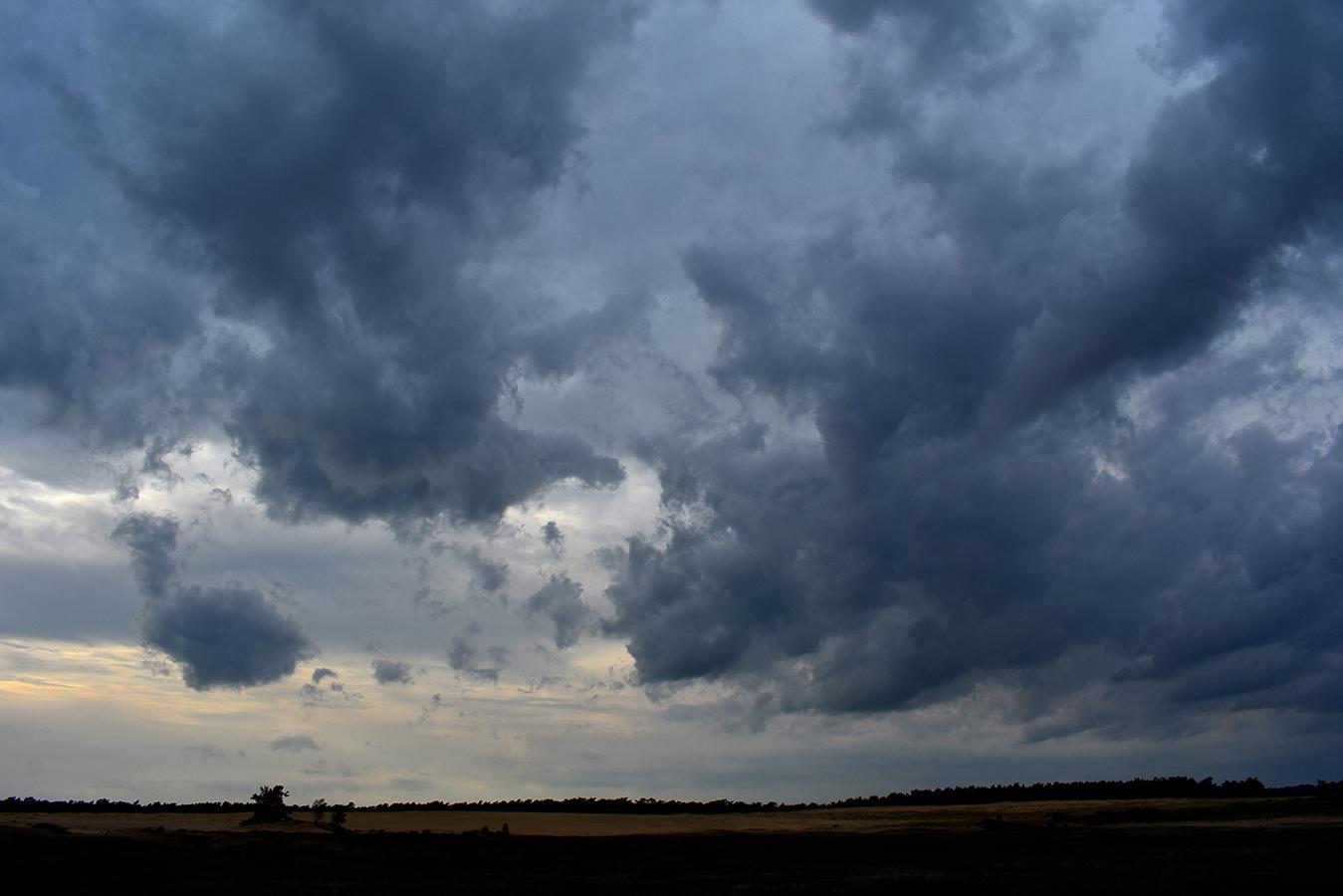 Donkere wolken pakten zich samen boven het Middenzand - Foto: ©Louis Fraanje