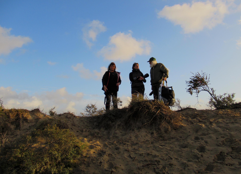 Louis samen met Ingrid Pet en Nel Vlieland bovenop het duin – Foto: ©Fransien Fraanje