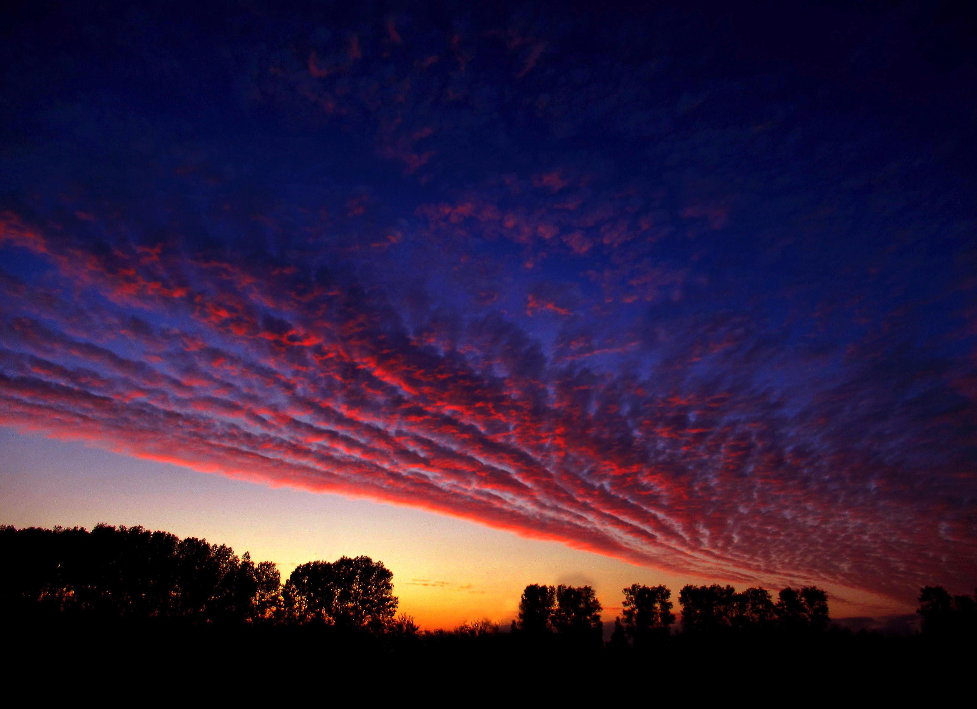 Een vlammend morgenrood aan de hemel - Foto: ©Louis Fraanje