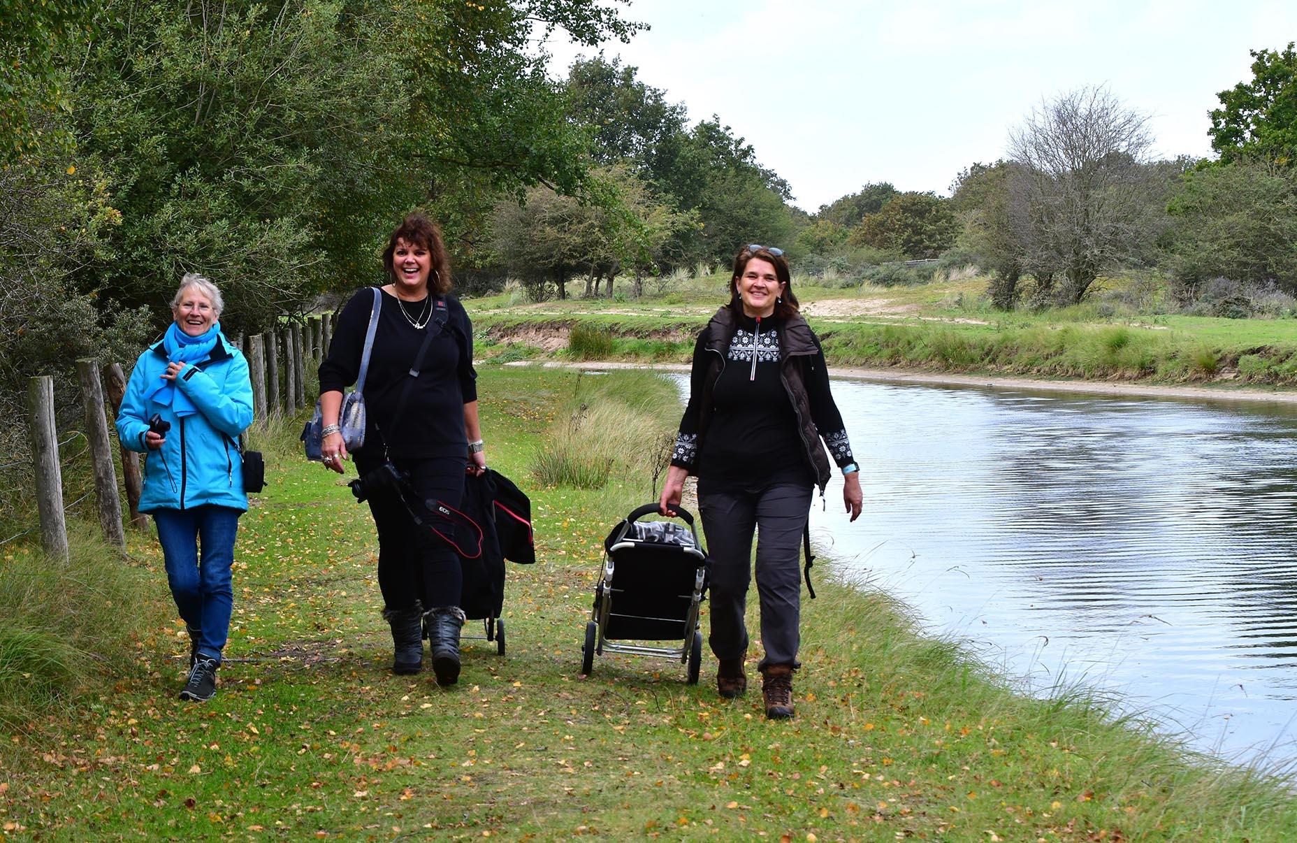 Fransien, Ingrid en Nel, ze hebben er allemaal ontzettend veel plezier in - Foto: ©Louis Fraanje