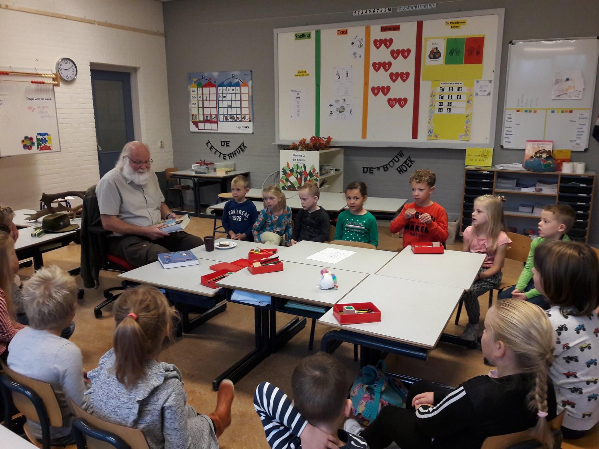 Opa Louis vertelt over de natuur voor de schoolklas van kleinzoon James - Foto: Juf Harriët