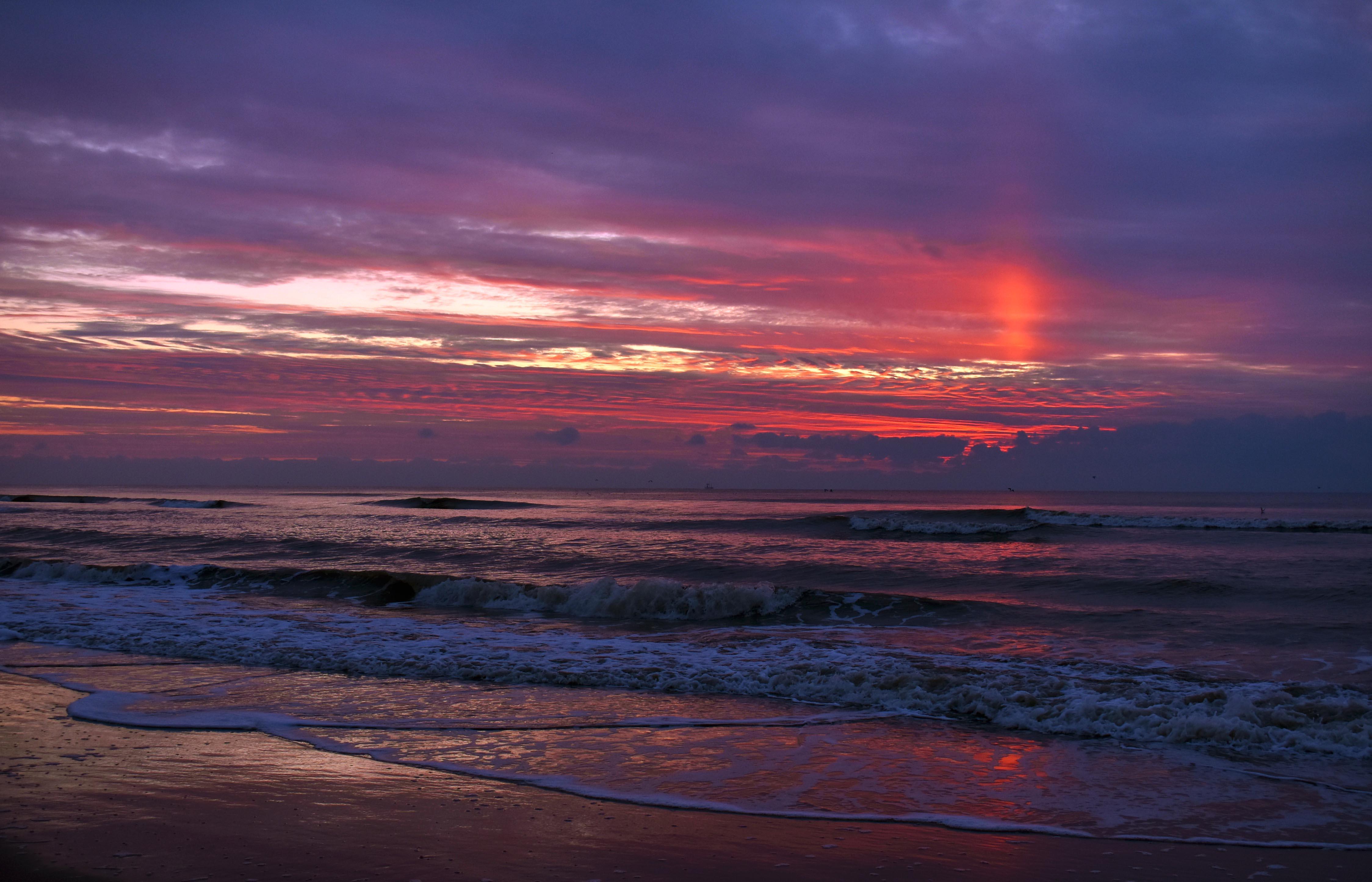 Een kleurrijke avondhemel op het strand van Zandvoort - Foto: ©Louis Fraanje