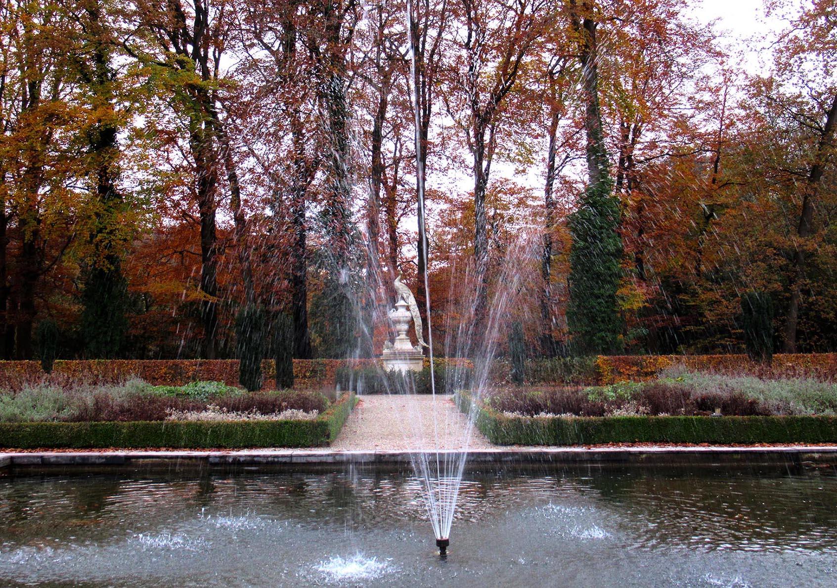 De fontein in de kasteeltuin met daachter de witte pauw - Foto: ©Fransien Fraanje