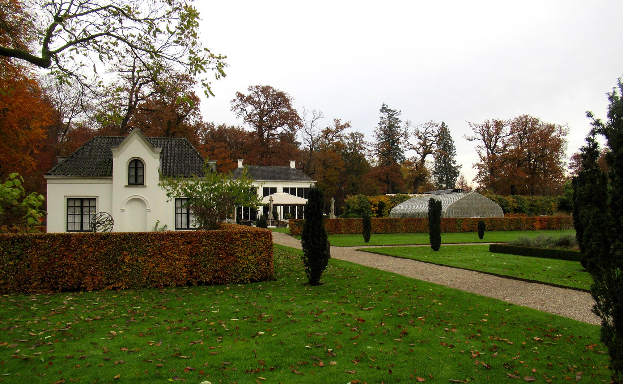 De tuinmanswoning, Orangerie en een kas in de kasteeltuin – Foto: ©Louis Fraanje