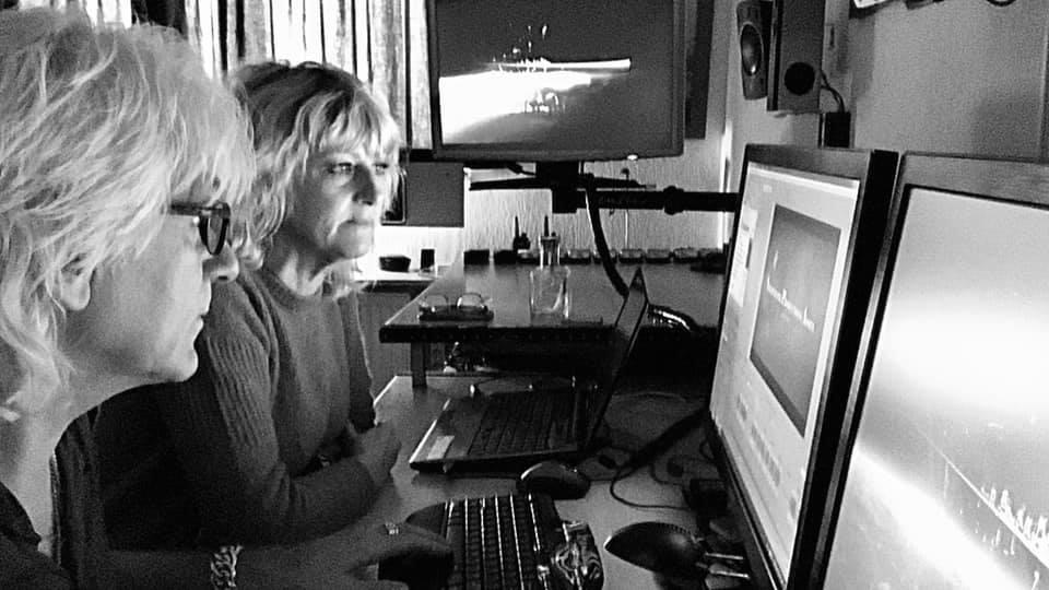 De natuurfilmers Henk en Janetta Bos bezig met de montage van hun nieuwste film - Foto: ©Nighthawk Productions