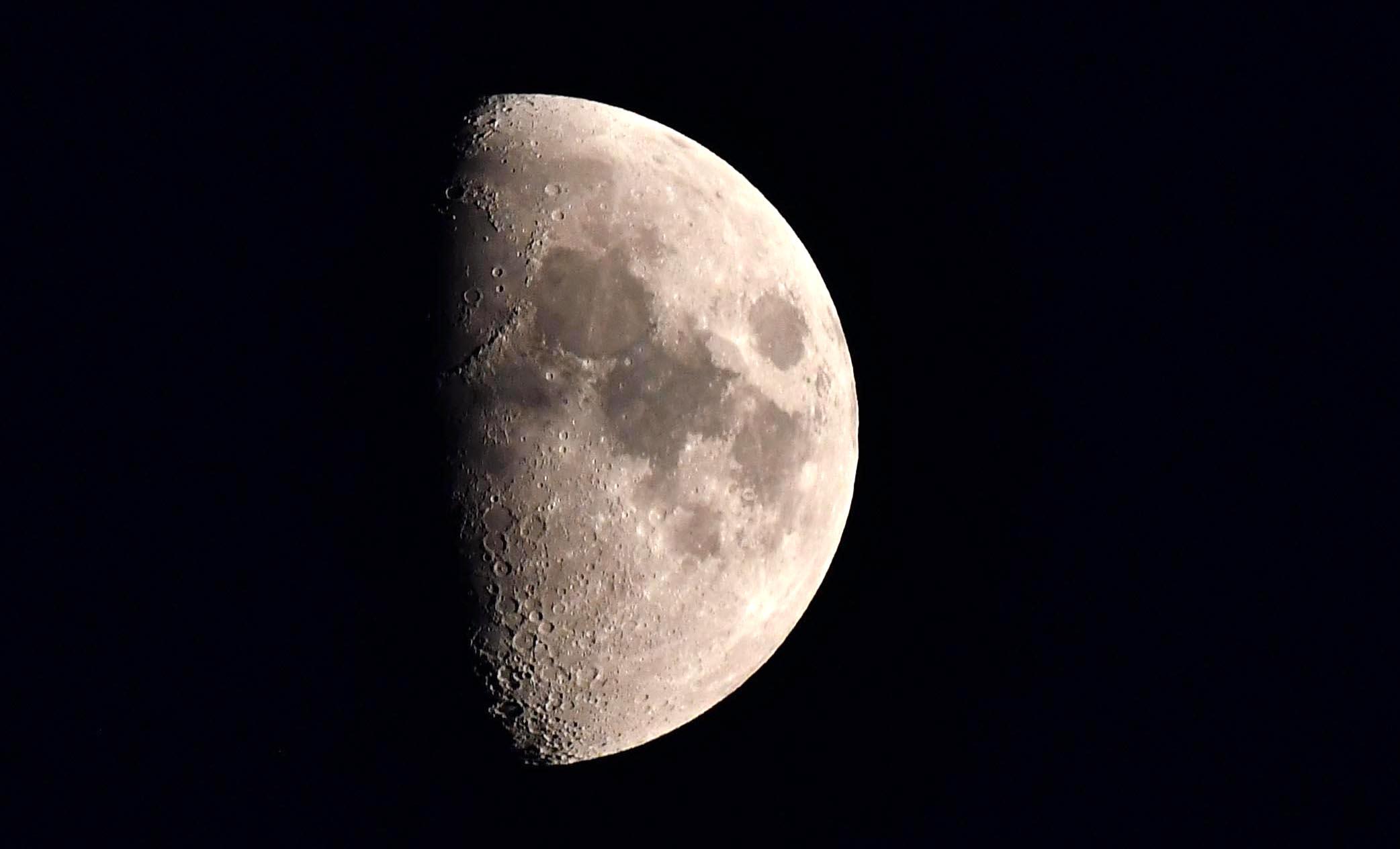 Aan de hemel staat de half-volle maan te schitteren – Foto: ©Louis Fraanje