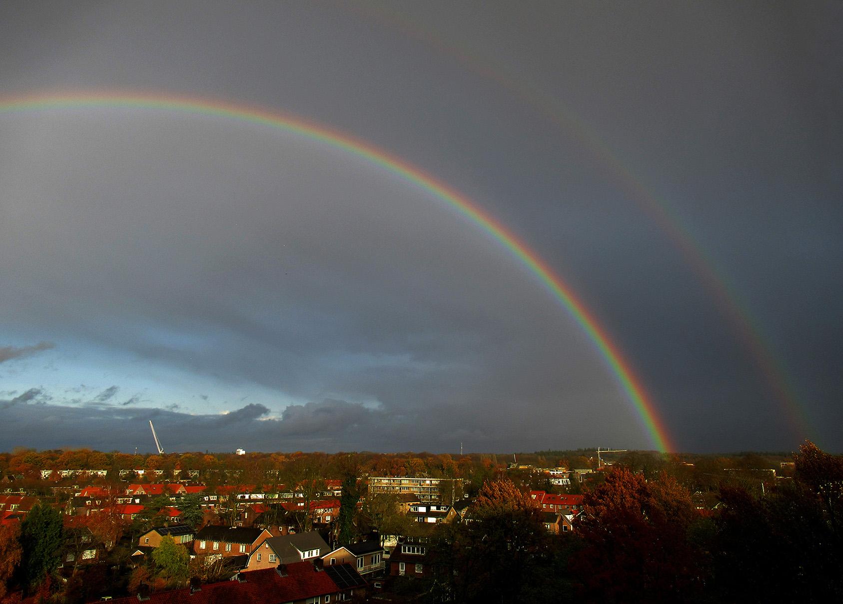 Ineens stond er 's middags een dubbele regenboog aan de hemel boven Ede - Foto: ©Fransien Fraanje