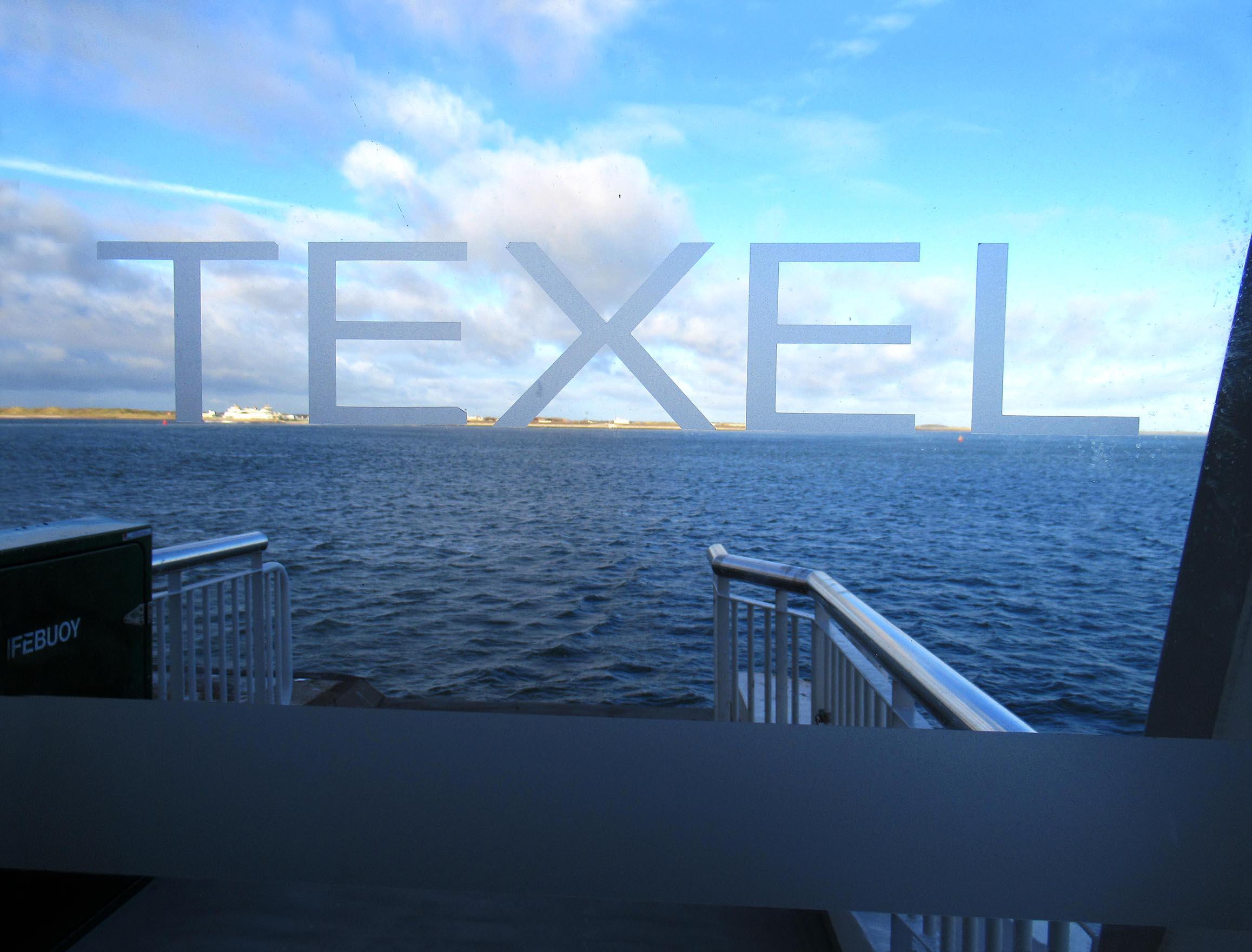 Door de glazen deur van de veerboot zagen we Texel liggen – Foto: ©Louis Fraanje