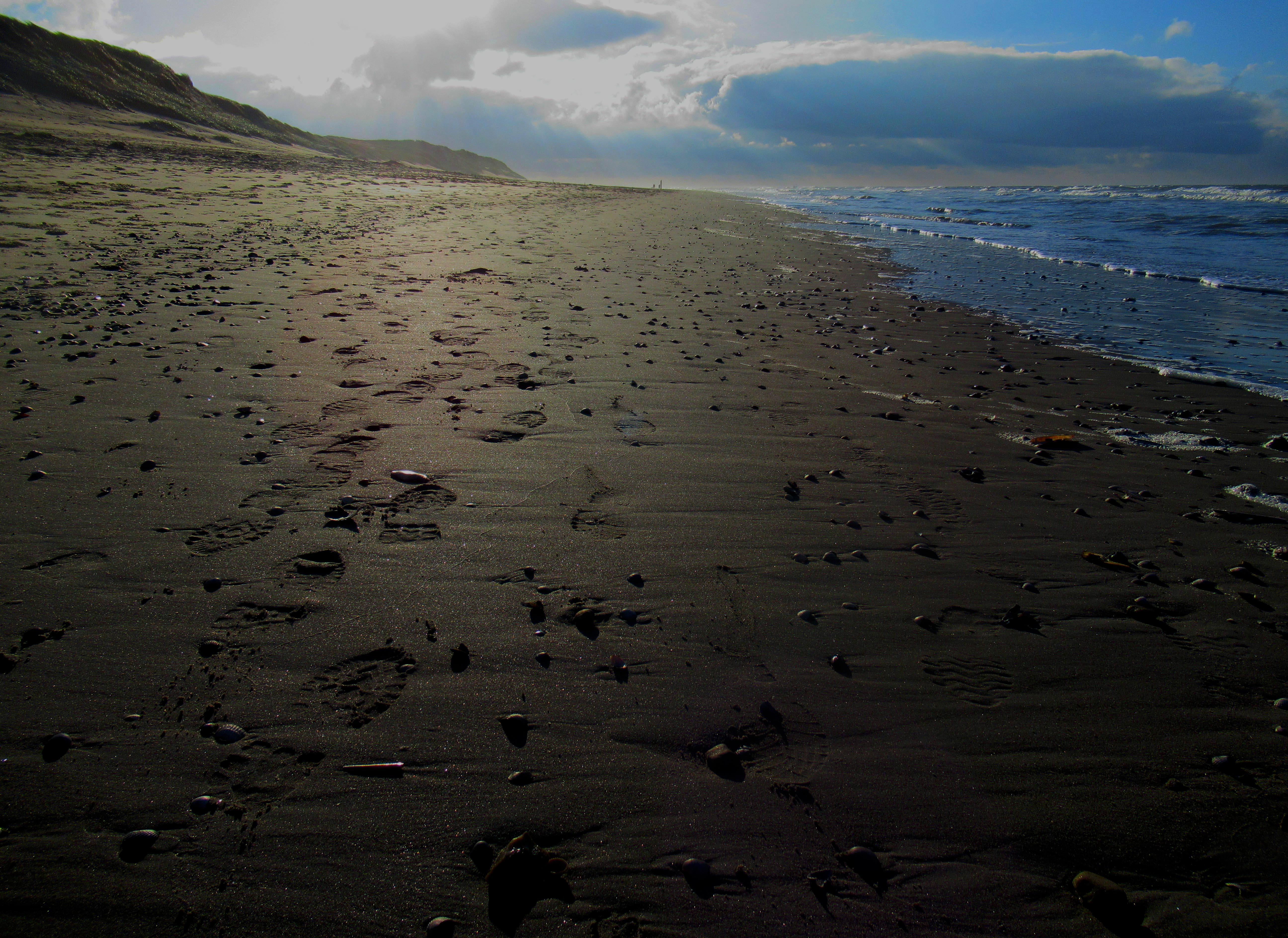 De afdrukken van de wandelschoenen zijn duidelijk zichtbaar in het zand.– Foto: ©Fransien Fraanje