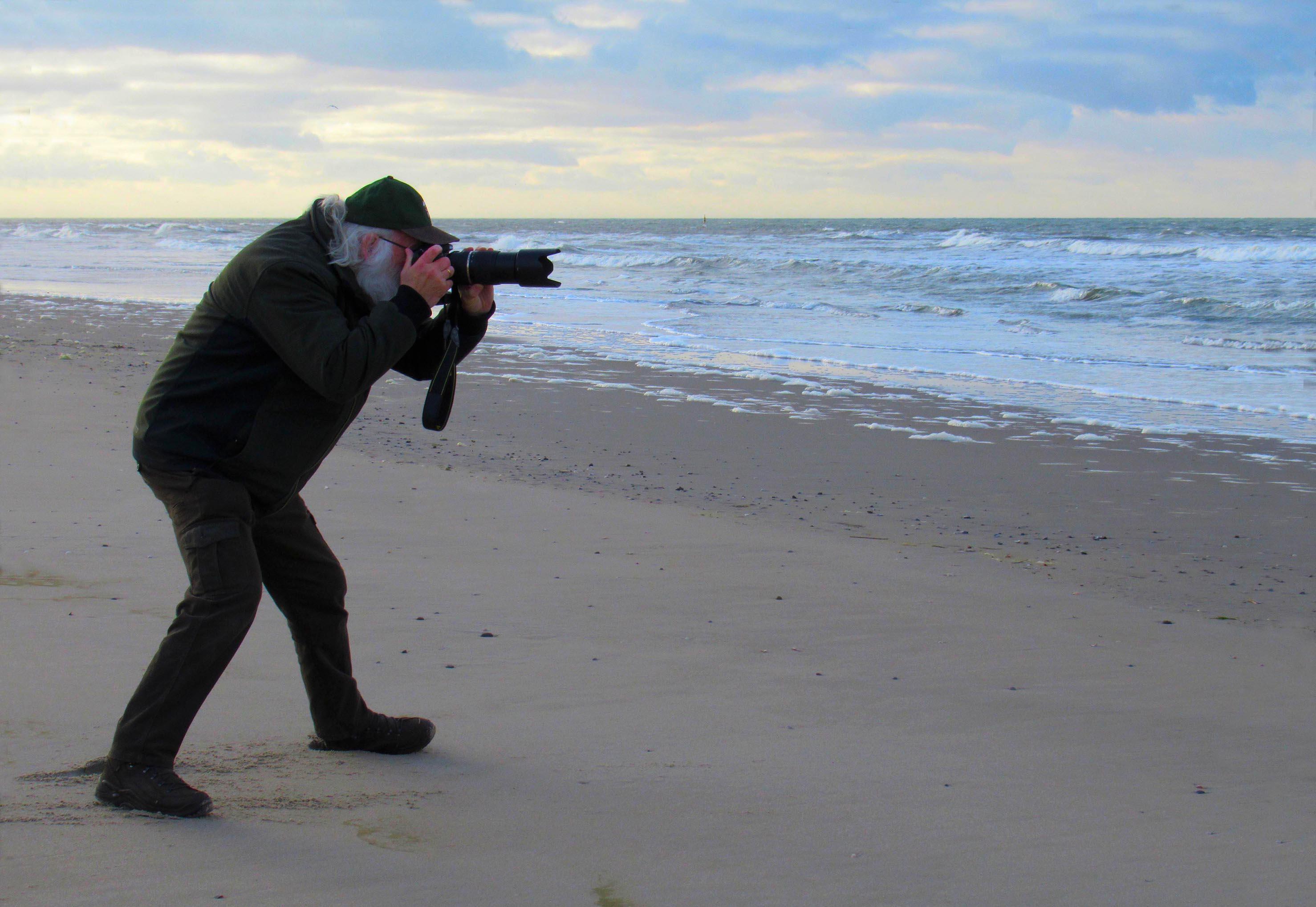 Louis in de aanslag met zijn camera om de vogel te 'platen' – Foto: ©Fransien Fraanje