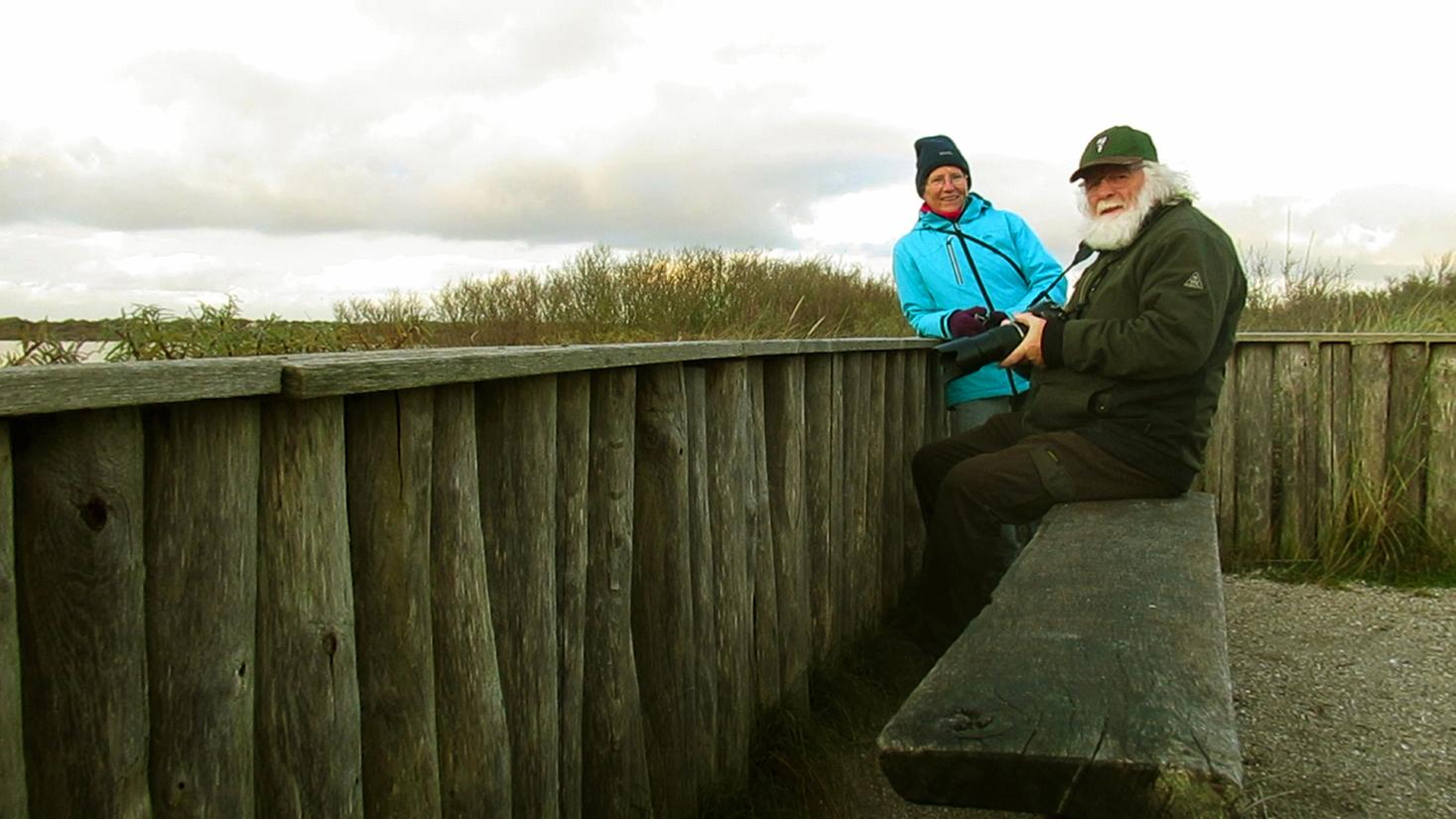 """Effe uitrusten en bijpraten op uitkijkpunt """"De Waterral"""" met een sausje humor – Foto: ©Eigen opname Fraanje"""
