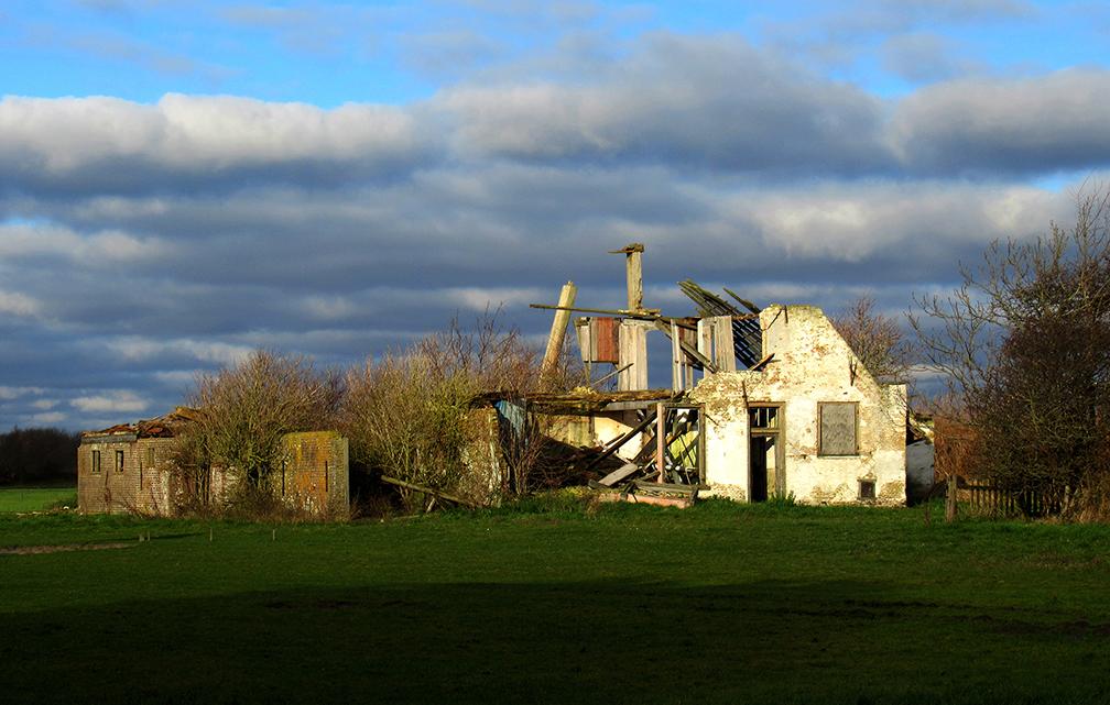 """Boerderij """"de Reunie"""", bij de Koog is inmiddels meer een 'ruïne' geworden – Foto: ©Louis Fraanje"""