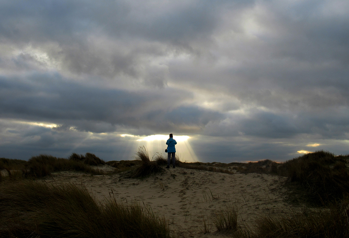 Vol bewondering staat Fransien bovenop een duin te genieten van het zonlicht – Foto: ©Louis Fraanje
