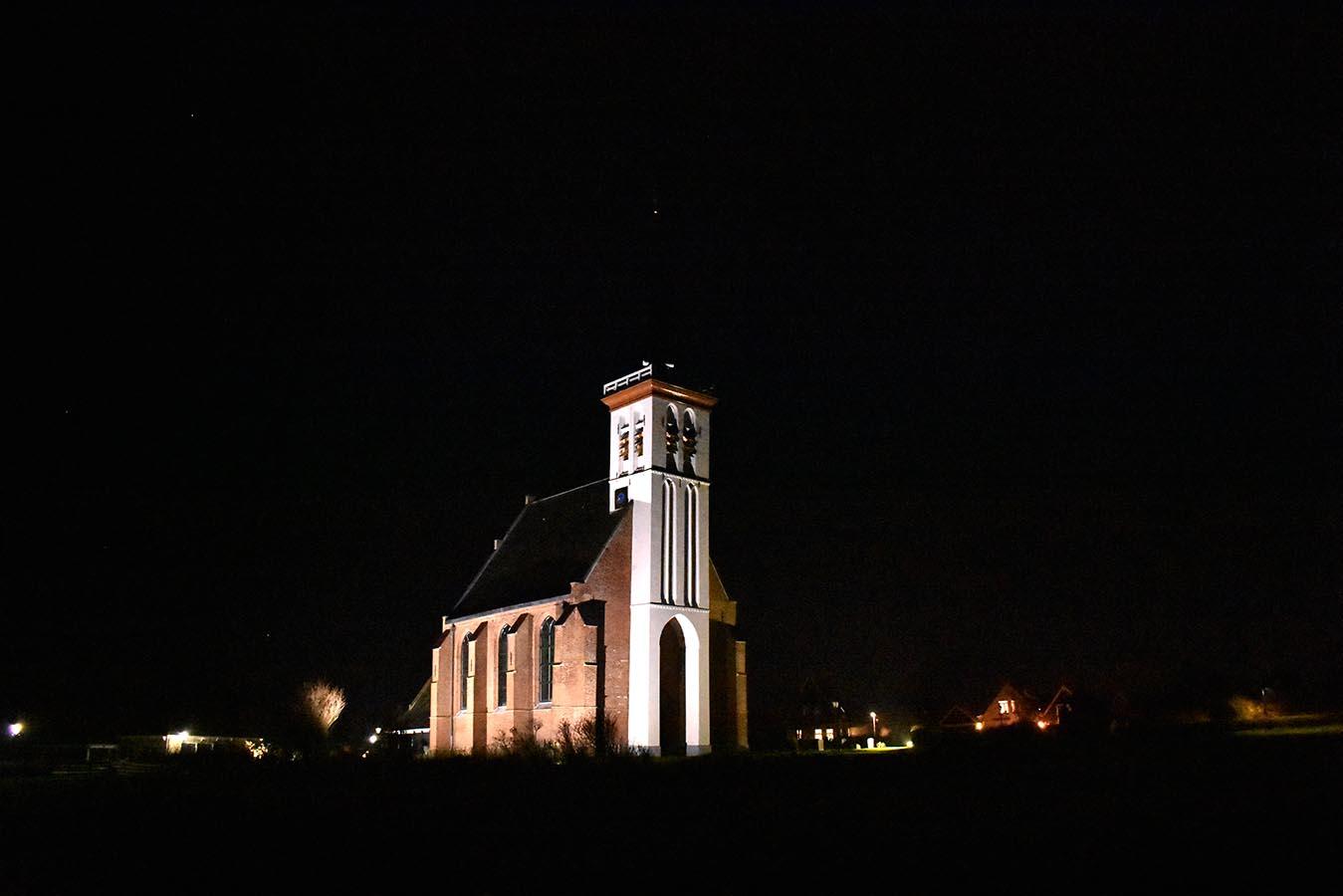 Kerkje in Den Hoorn mooi verlicht in de avond brengt licht in de duisternis - Foto: © Louis Fraanje