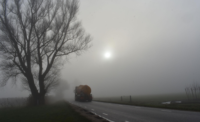 Het werk van deze vrachtwagenchauffeur gaat gewoon door, ook op de laatste dag van het jaar – Foto: ©Louis Fraanje
