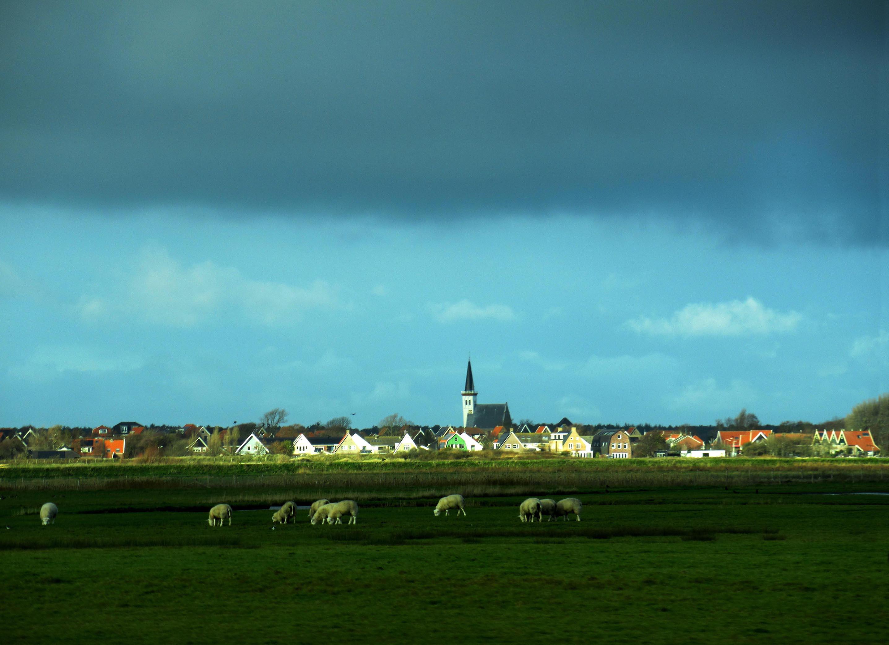 In de verte ligt Den Hoorn met het prachtige kerkje – Foto: ©Fransien Fraanje