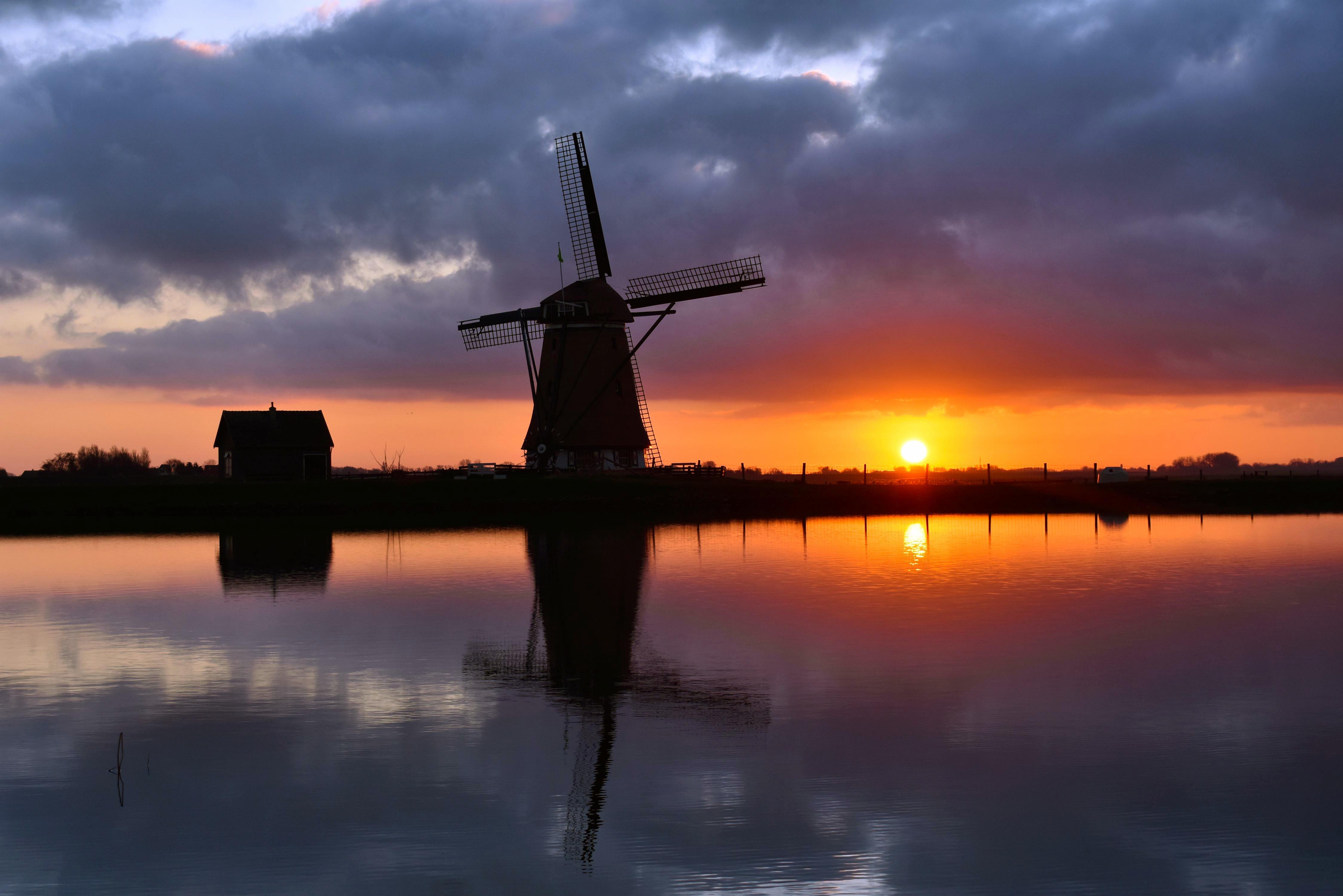 De zonsondergang laag bij het water in de lens gevangen – Foto: ©Louis Fraanje