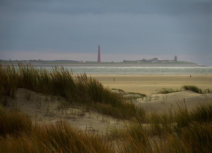 Aan de overkant ligt het uiterste puntje van Noord Holland met de vuurtoren – Foto: ©Fransien Fraanje