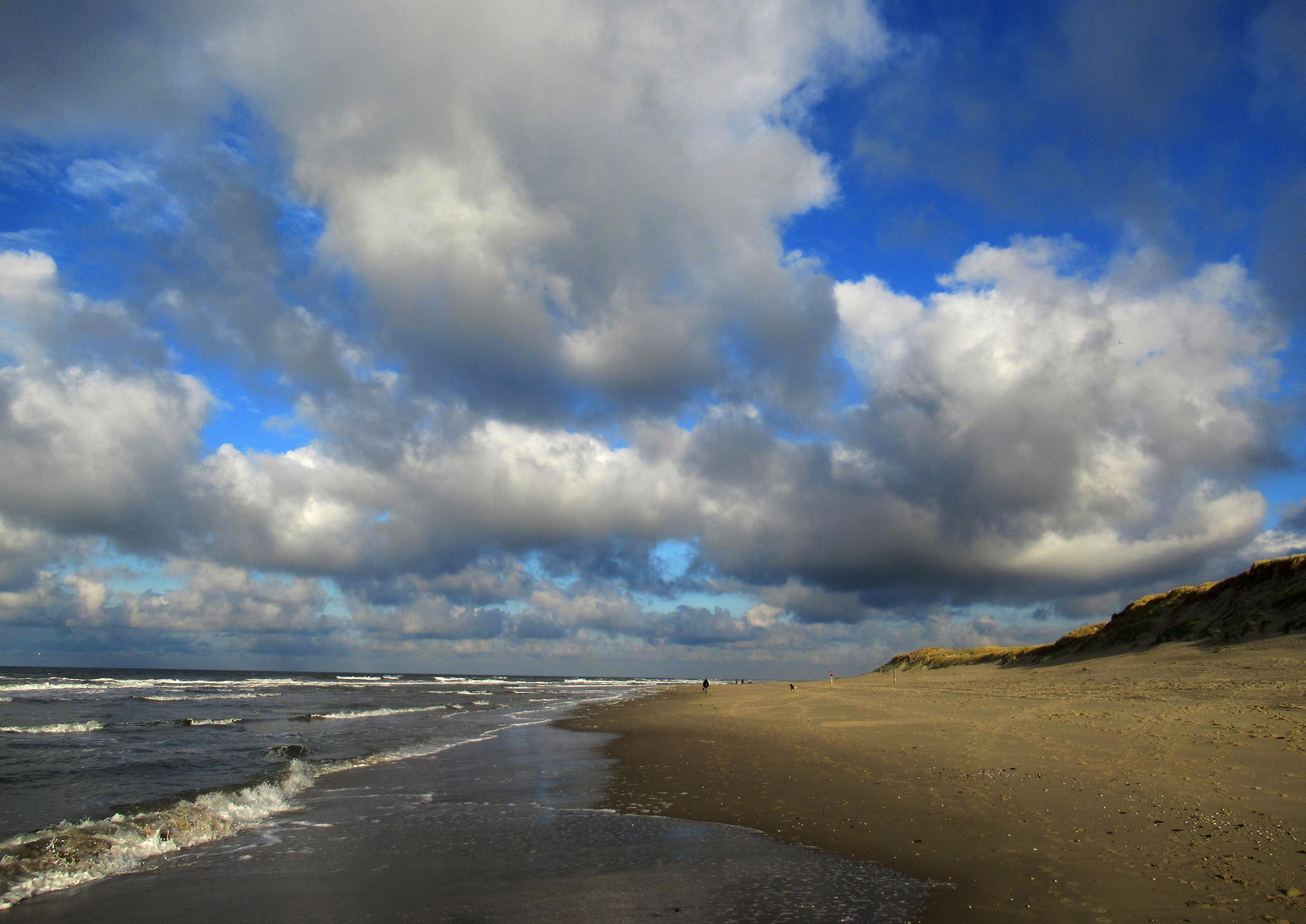 Prachtige wolkenpartijen op het strand bij Paal 9 – Foto: ©Louis Fraanje